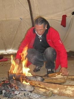 James Robideau près du feu